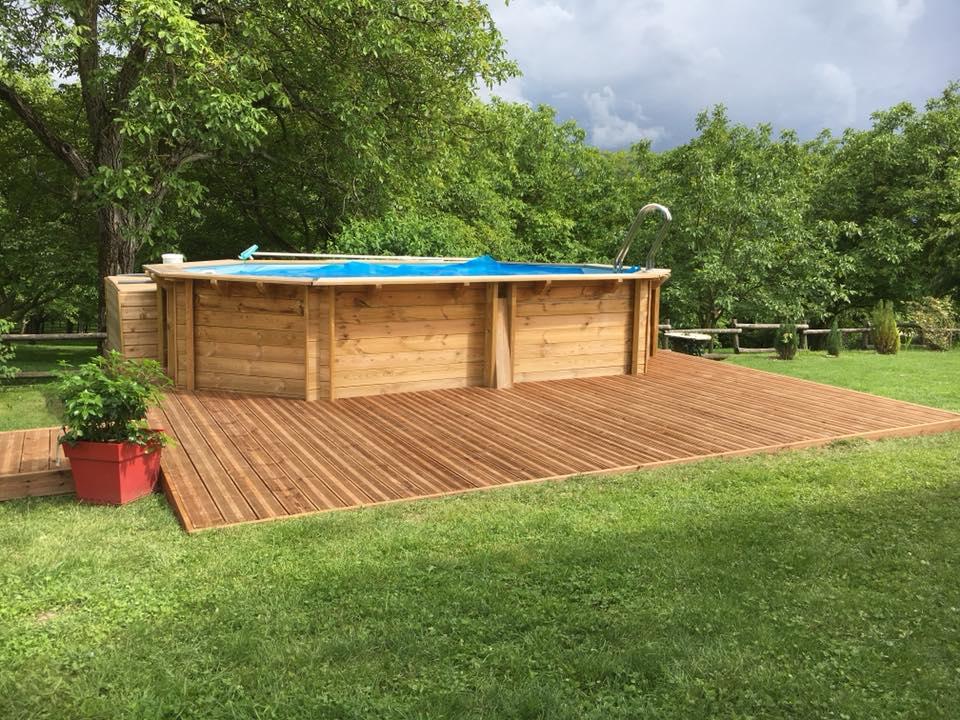 Terrasse bois autour d'une piscine